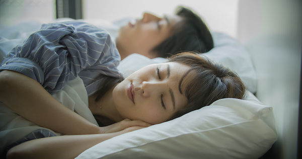 アソコが勃たない彼氏と添い寝する彼女