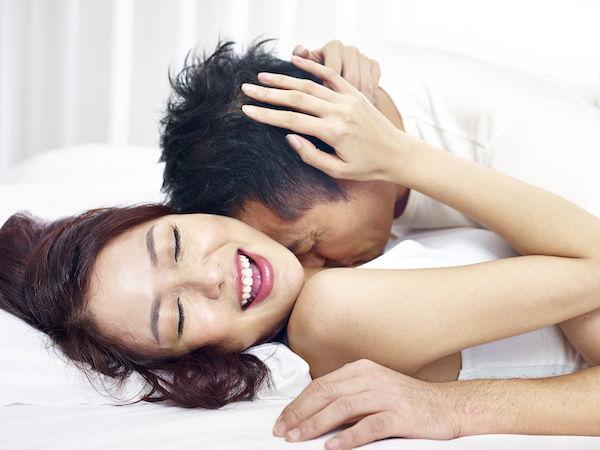 彼氏にクンニしてもらったことで、ベッドでラブラブのカップル