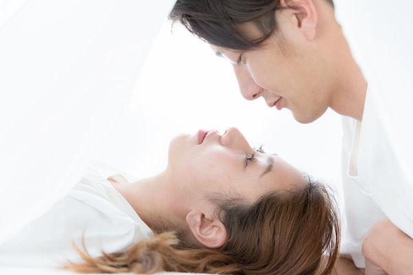 キスをする直前のカップル