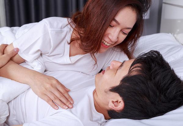 ベッドでドキドキなチンピクしている男性