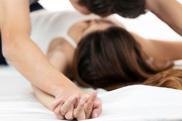 寝起きに朝セックスをしているカップル