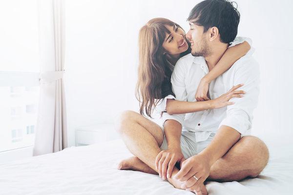 パートナーとセックスについて話し合うカップル