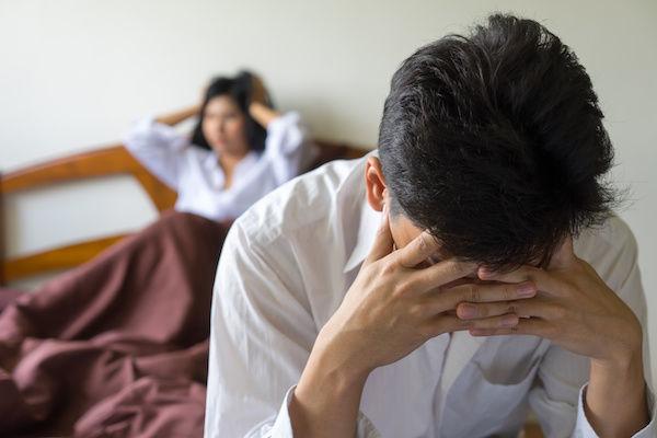 パートナーとのセックスに飽きて頭を抱えている男性