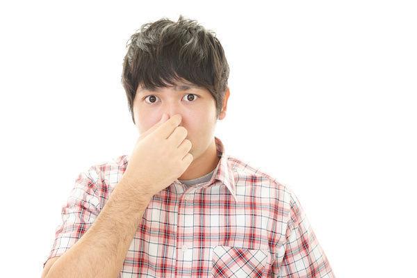 パートナーの体臭がきつすぎて鼻をつまむセックスレスの男性