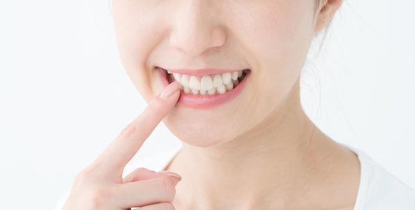 キスの前に口臭対策をする女性