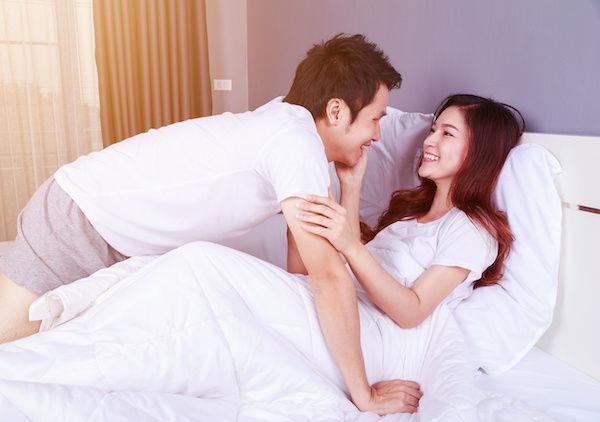 腕をさすりながらキスを仕掛ける女性