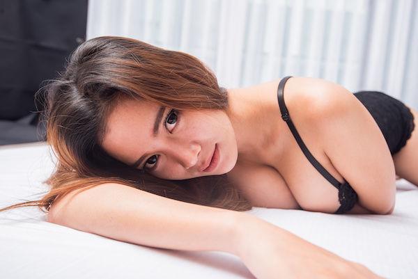 Netfrixでエロい洋画を見るようにおすすめするセクシーな女性