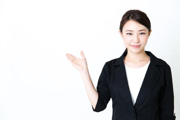 もっと気持ちよくなれるオナホールの使い方を説明する女性