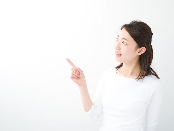 アソコの臭い対策の方法を説明する女性