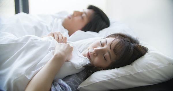 一緒に眠るカップル