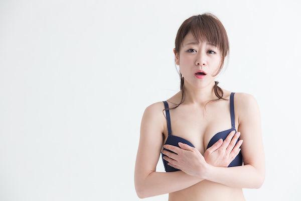 乳首が黒いことで悩む女性