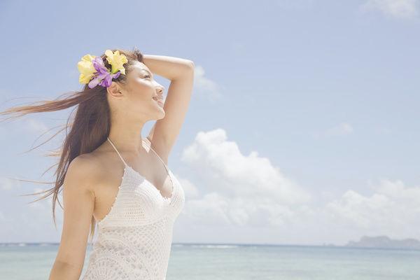日焼けして紫外線を浴びる女性