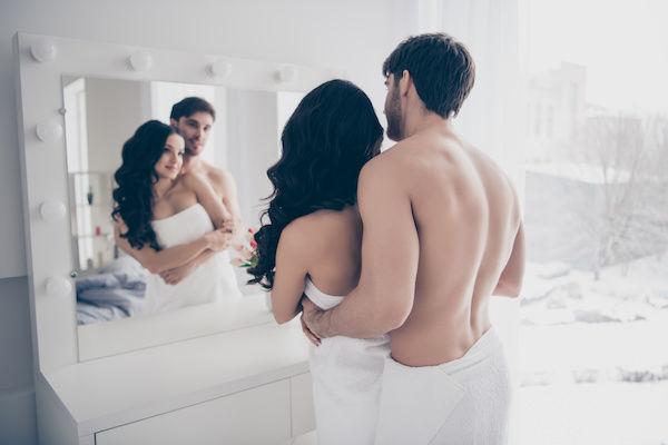 鏡の前でセックスを始めるカップル