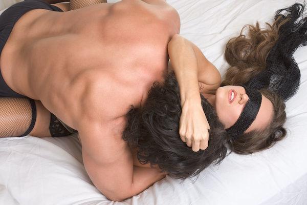 ソフトSMプレイでセックスを楽しむカップル