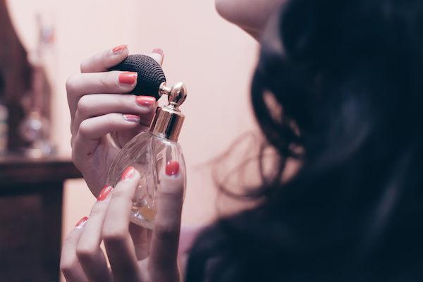 男が飽きないセックスをするために、フェロモン香水を使う女性