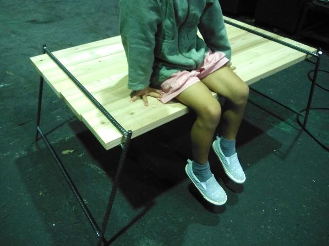 """テーブルに座る女の子""""f:id:years44:20190406170106j:plain"""""""