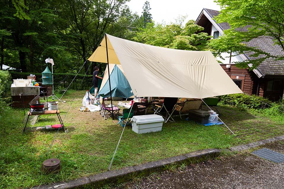 タープを張ったキャンプサイト
