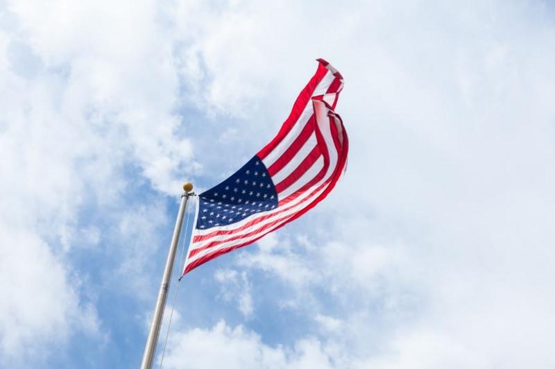 青空の下はためく自由主義の象徴、星条旗。
