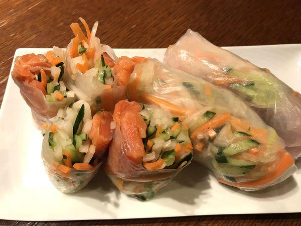 【冷前菜】スモークサーモン入り大根サラダの生春巻き