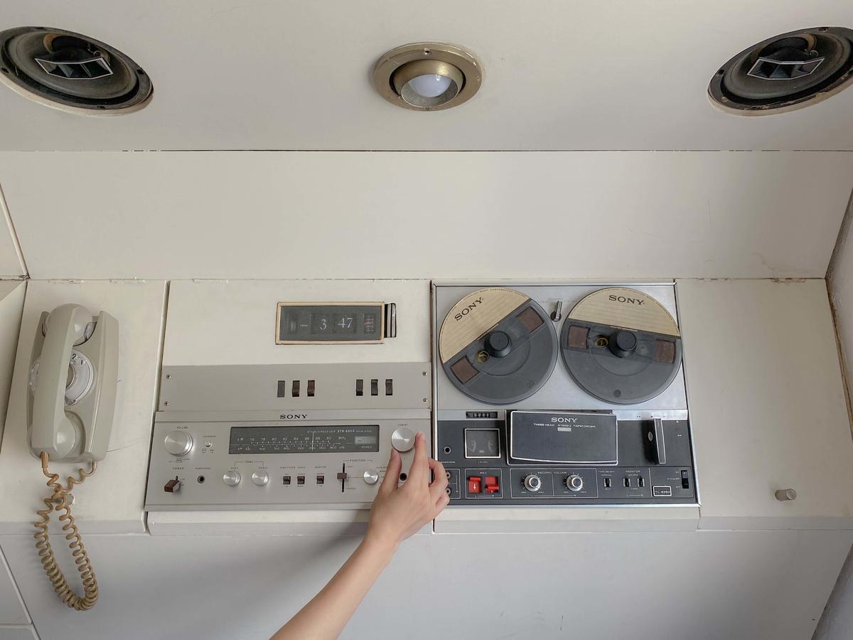 一体型収納にまとめられた当時最先端のソニー製テレビやテープレコーダー