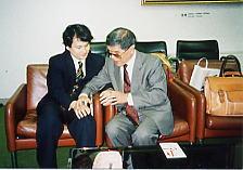 全国盲ろう者協会理事・福島智氏と山口盲ろう者友の会 初代会長・安藤嘉英氏が指点字で対話している写真