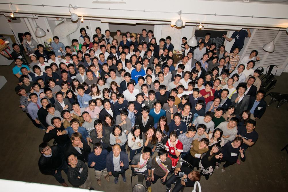2階から見下ろしたかたちでの集合写真。おそらく100人以上の人が写っている