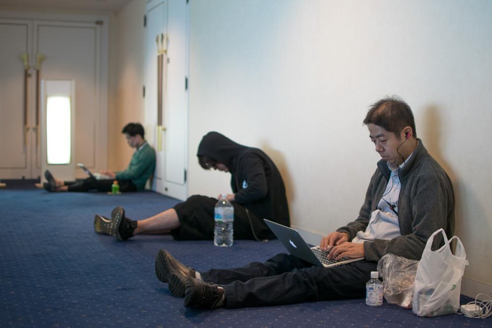 床に座り込む人たち