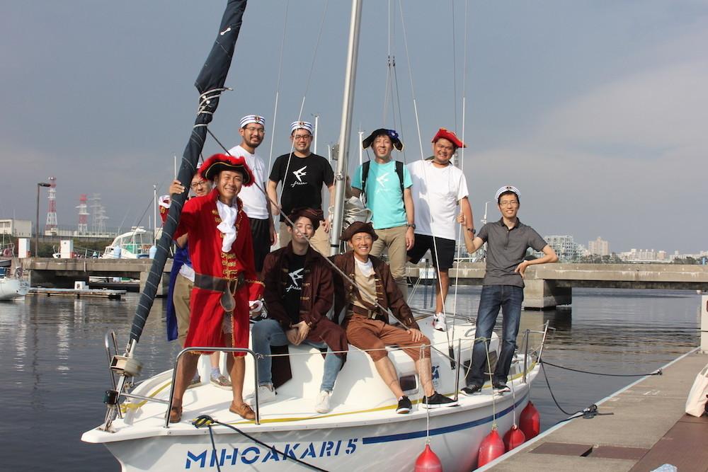 大航海時代風の衣装を着てヨットに乗っている記念写真
