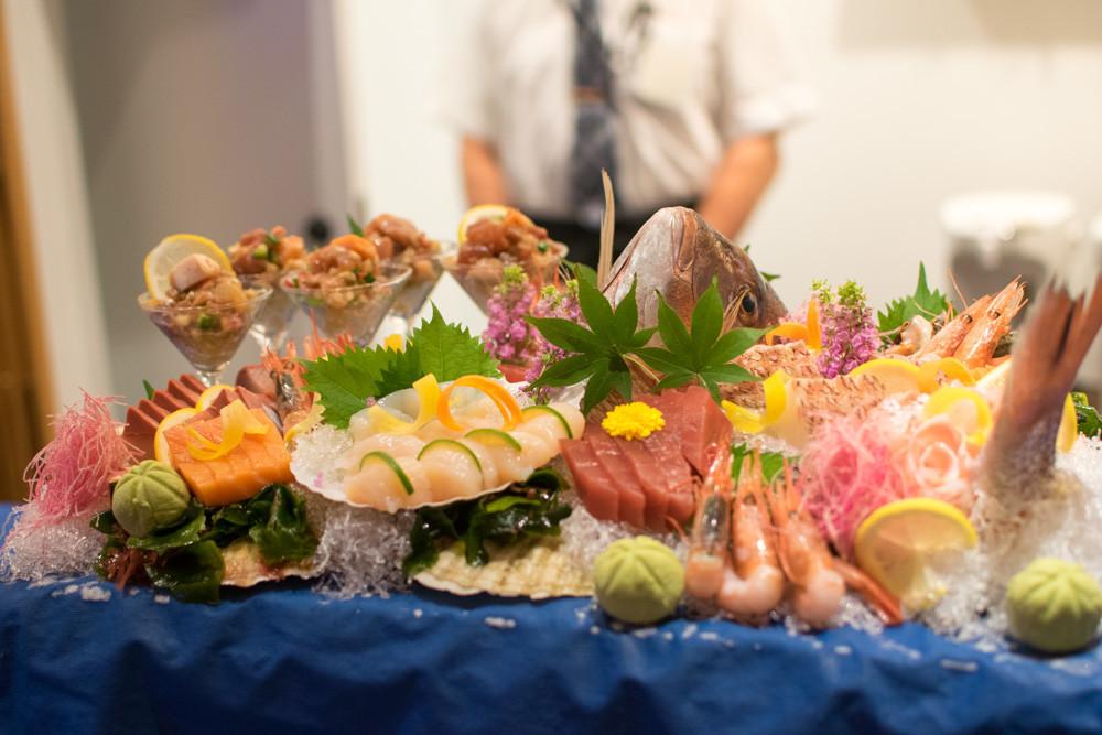 夕食の魚のお造りの写真