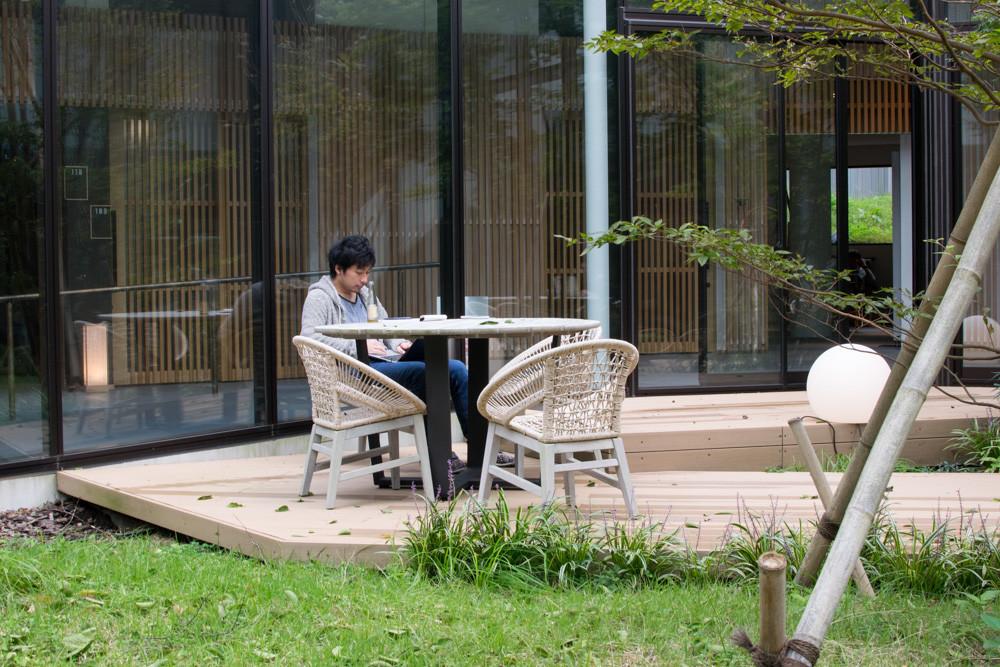 中庭で作業する人の写真