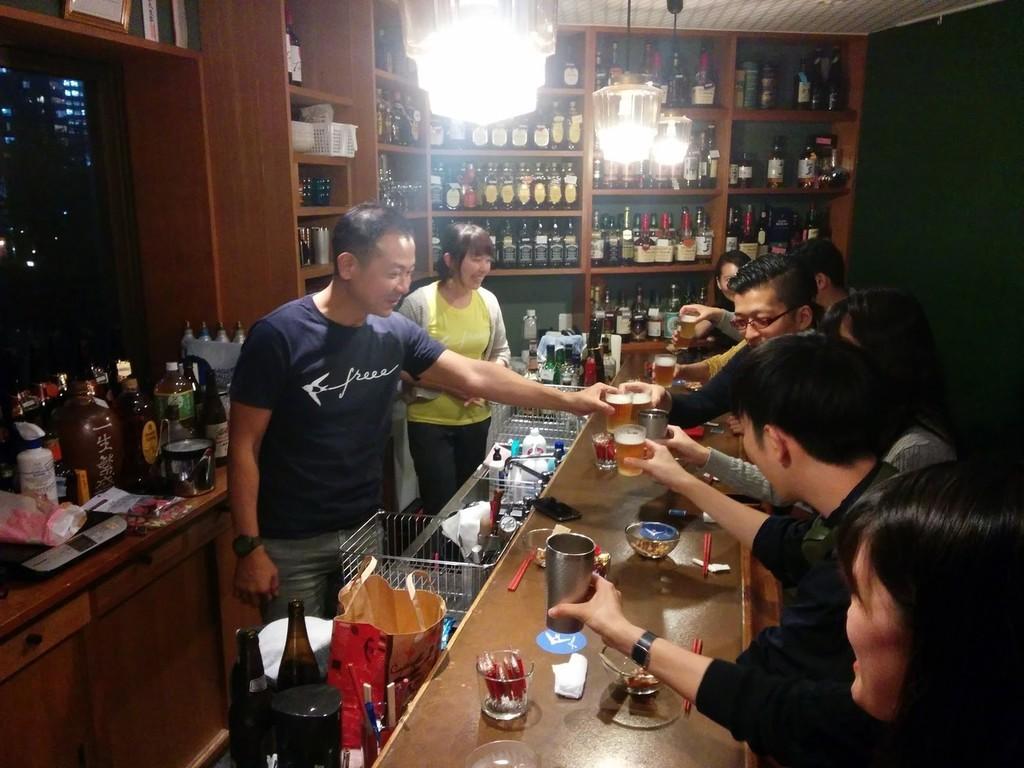 「スナック燕」のマスターとして従業員と乾杯する佐々木大輔