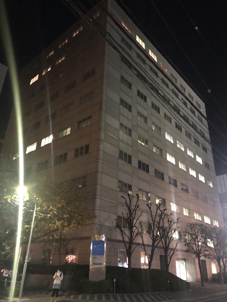 夜中に撮影されたfreeeの入居するビルの写真