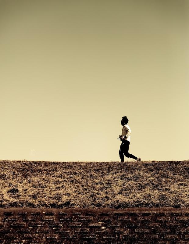 河川敷を走る男性