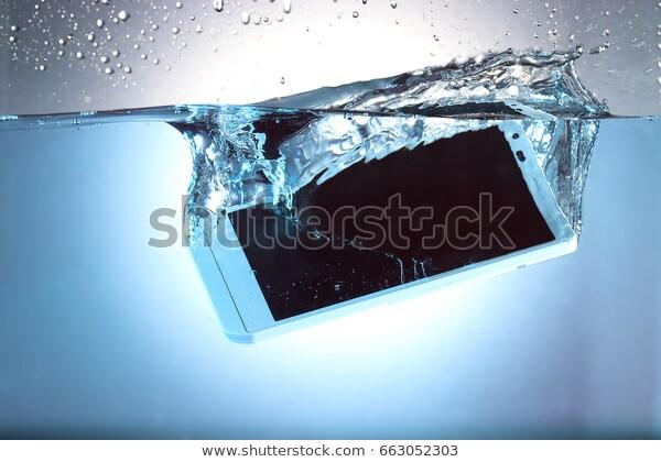 スマートフォンが水に落ちた瞬間
