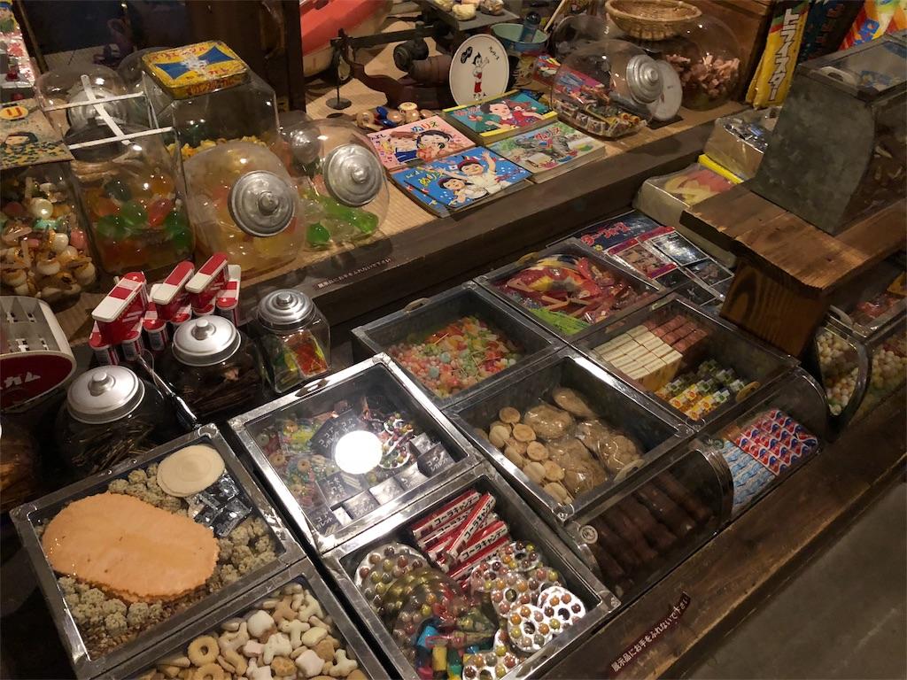 昔ながらの駄菓子屋さんのお菓子が並んだ店頭