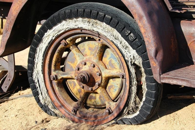 砂浜でパンクしたタイヤ