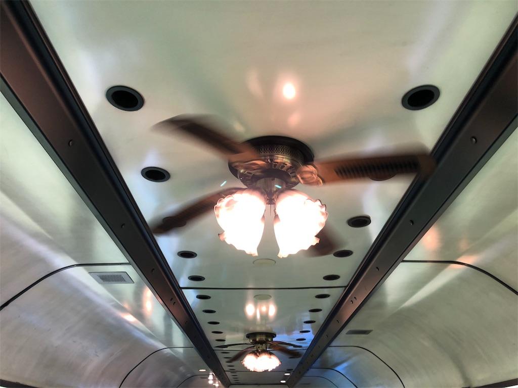 天井のレトロなランプとプロペラ
