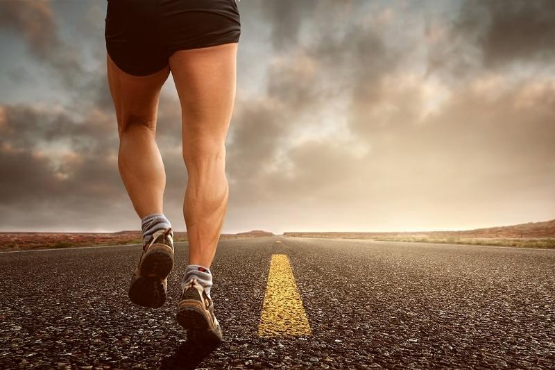 道路を走っている人の足の写真