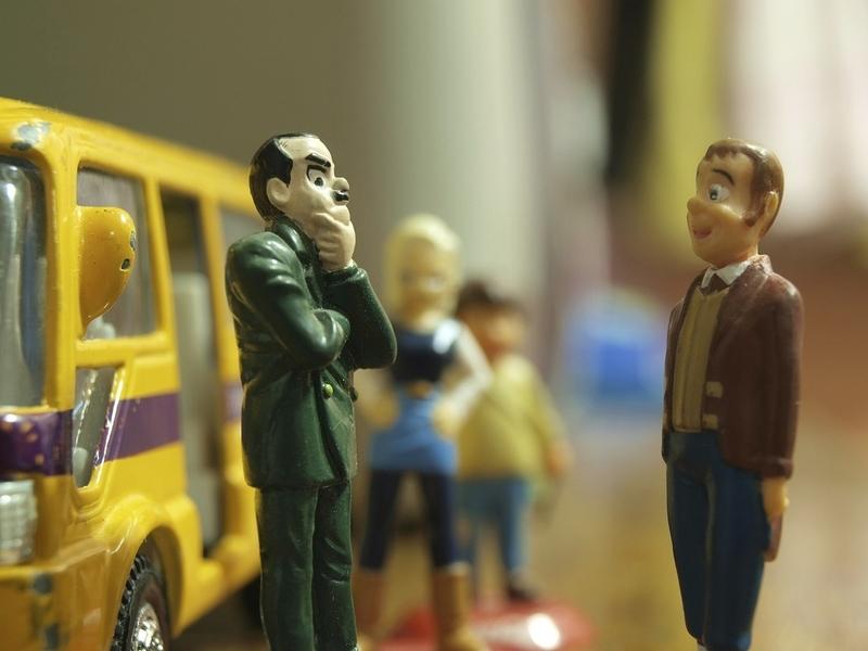 考え事をしている男性の人形