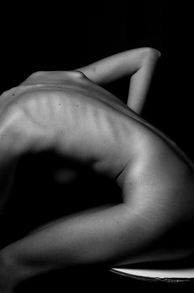 腰を曲げている全裸の女性