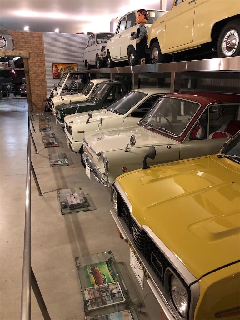 古い自動車が並んだ写真