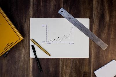 紙に書かれた折れ線グラフ