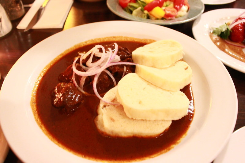 チェコプラハのレストラン U Kroka グラーシュ