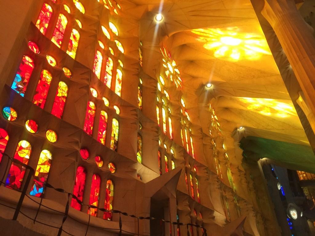 サグラダ・ファミリア教会(ステンドグラス・赤系)