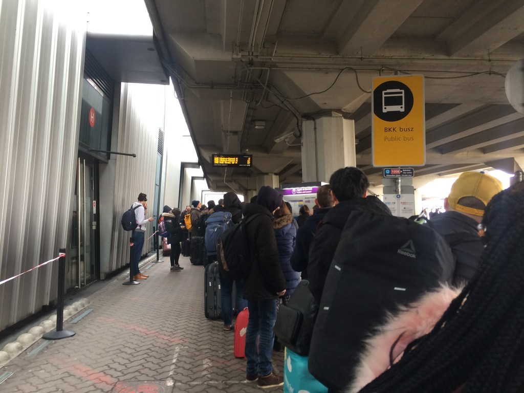 ハンガリーブダペスト空港バスチケット購入の列