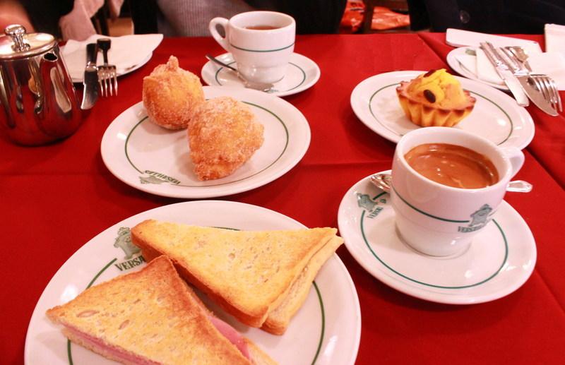 ポルトガルリスボンのカフェPastelaria Versaillesテーブル席オーダー