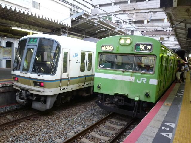 JR221系とJR103系