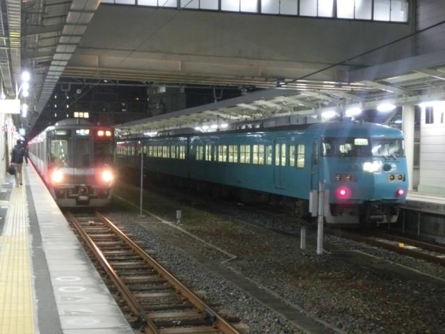 JR223系0番代とJR117系