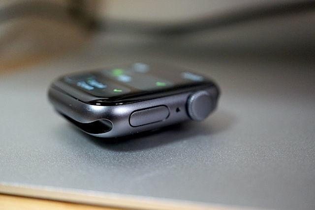 Apple Watch SE series3 series4 series5 series6 40mm 44mm 比較 画像 常時表示 レビュー スペースグレイ シルバー ケース フィルム アルミ ステンレス 選び方 文字盤 服 オシャレ サイズ LINE アプリ 操作 見やすさ 視認 性 迷う どっち Mac 簡単 存在感 見本