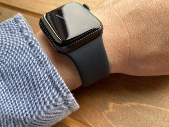 Apple Watch バンド スタンド フィルム ケース カバー SE series3 series4 series5 series6 40mm 44mm 比較 画像 常時表示 レビュー おすすめ 違い まとめ スペースグレイ シルバー ケース フィルム アルミ ステンレス 選び方 文字盤 服 シリコン フルオロエラストマー オシャレ サイズ LINE アプリ 操作 見やすさ 視認 性 迷う どっち Mac 簡単 存在感 見本 アップル ウォッチ 小物 まわり 周辺機器 置き時計 時計 立てかける 別売り バンド ミラネーゼ スポーツ ソロループ ループ グレー ブラック ビジネス 互換性 変え方 純正 amazon 楽天 Yahoo 以外 他社 サードパーティー 液状シリコン ゴム メリット デメリット 測り方
